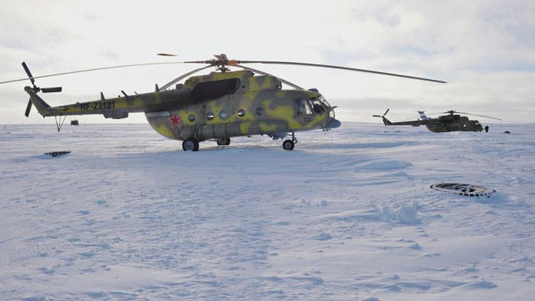 Un helicóptero Mi-8 en el puesto fronterizo de Nagúrskoye en la isla de Tierra de Alexandra