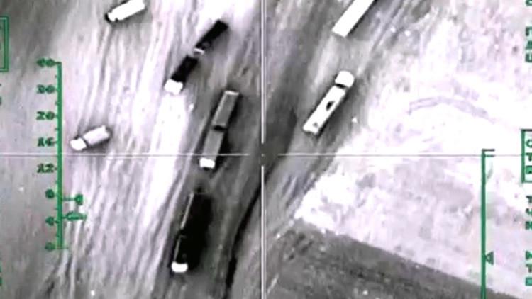 Un convoy de vehículos del Estado Islámico transporta productos derivados del petróleo.