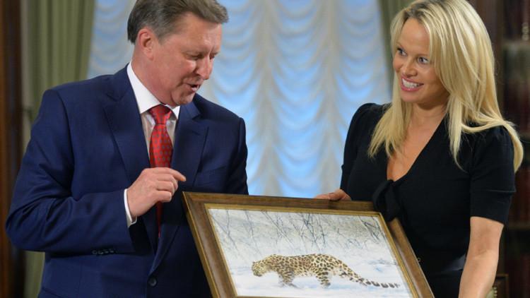 El jefe de la Presidencia rusa, Serguéi Ivanov, recibe en el Kremlin a Pamela Anderson, activista del Fondo Internacional del Bienestar Animal (IFAW)