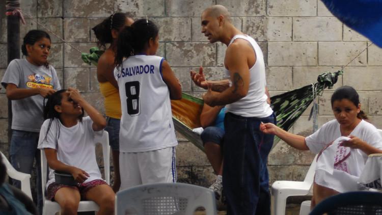 Pandilleras detenidas en la prisión de Quezaltepeque, en las afueras de la capital de El Salvador, comparten un momento durante un día de servicio religioso