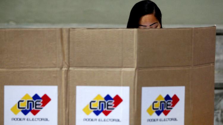 Una mujer venezolana vota en Caracas / el 6 de diciembre de 2015