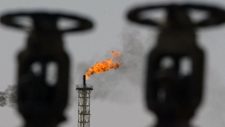 Quema del exceso de gas acompañante en una refinaría de Irak