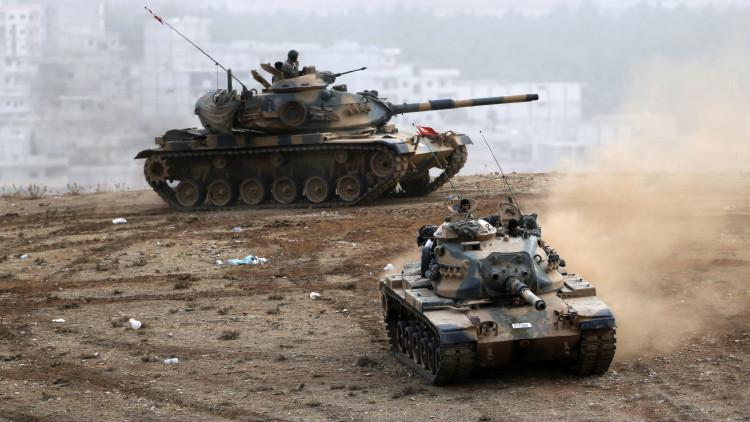 Tanques del Ejército turco cerca del paso fronterizo de Mursitpinar, en la provincia de Sanliurfa, sureste de Turquía.