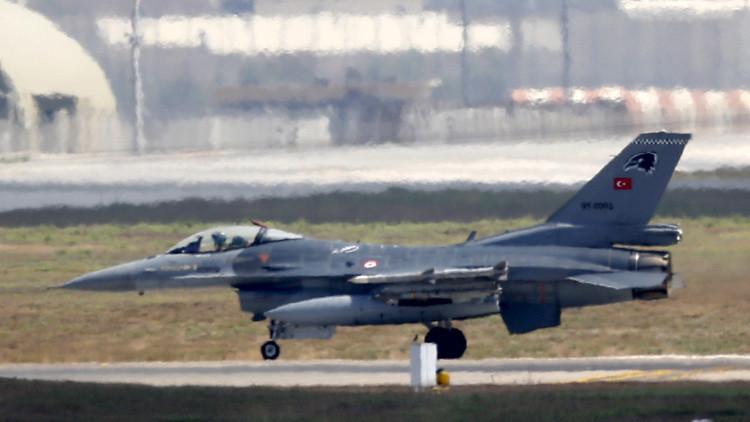 Un avión de combate turco F-16 en la base aérea de Incirlik, Adana, Turquía.