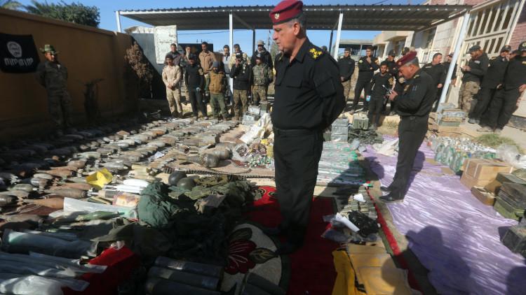 Miembros de las fuerzas antiterroristas iraquíes inspeccionan las armas encontradas en un depósito del Estado Islámico en Ramadi