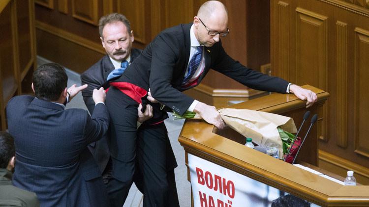 Pelea en el Parlamento ucraniano: la situación más 'incómoda' para el primer ministro Yatseniuk