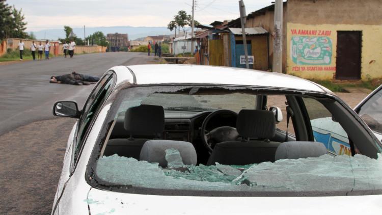Un coche dañado por los disparos y cuerpo sin vida en el barrio de Nyakabiga de la capital de Burundi Buyumbura.