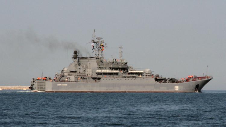 Un buque de desembarco ruso cruza el estrecho turco de los Dardanelos