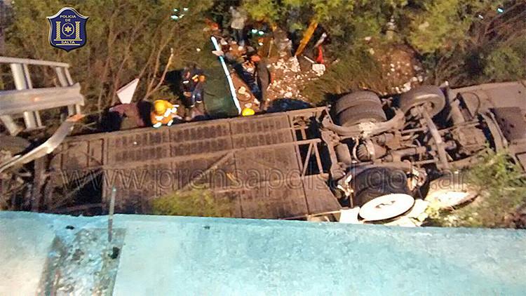 Argentina: Al menos 43 muertos al caerse al vacío un camión que transportaba a 60 gendarmes