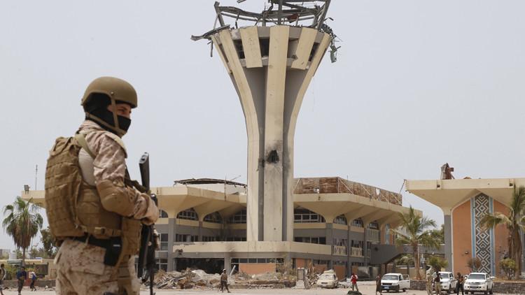 Un soldado saudita de guardia en el aeropuerto internacional de Yemen