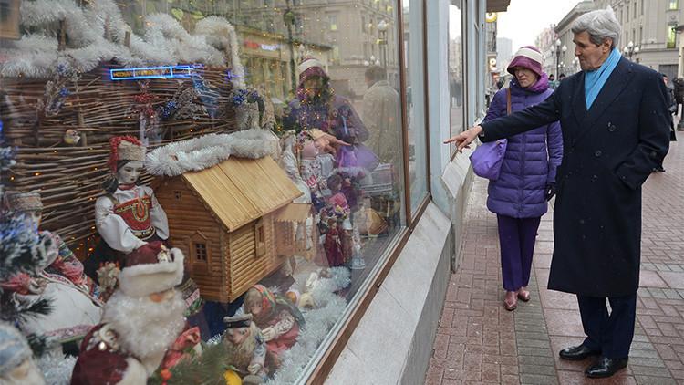 John Kerry compra regalos en la histórica calle moscovita de Arbat