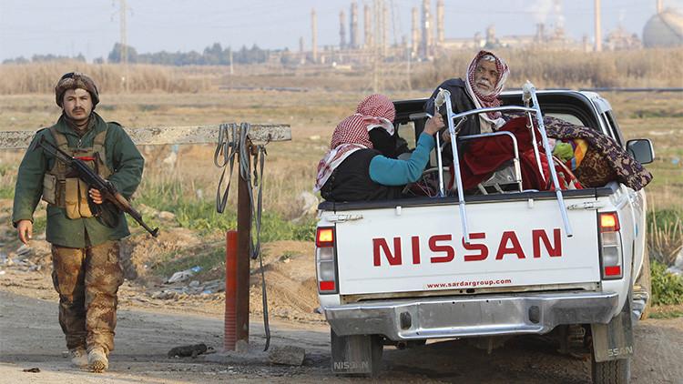 Un grupo de personas de la minoría yazidí dentro de una camioneta en una carretera de Kirkuk, Irak, el 17 de enero de 2015