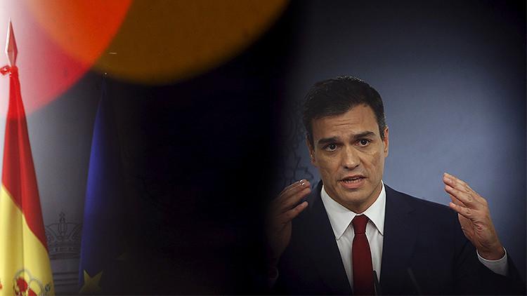 El Secretario general del PSOE, Pedro Sánchez se dirige a los medios de comunicación después de su reunión con el presidente del Gobierno de España, Mariano Rajoy, en el Palacio de la Moncloa, en Madrid, España, el 10 de noviembre de 2015.