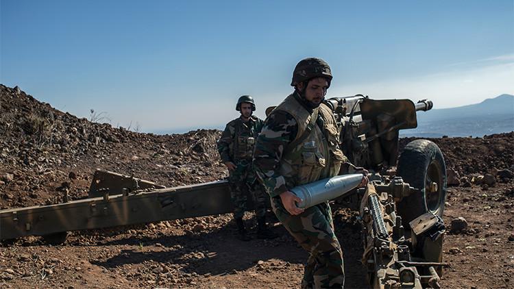 Dos militares sirios junto a un cañón en la provincia de Quneitra