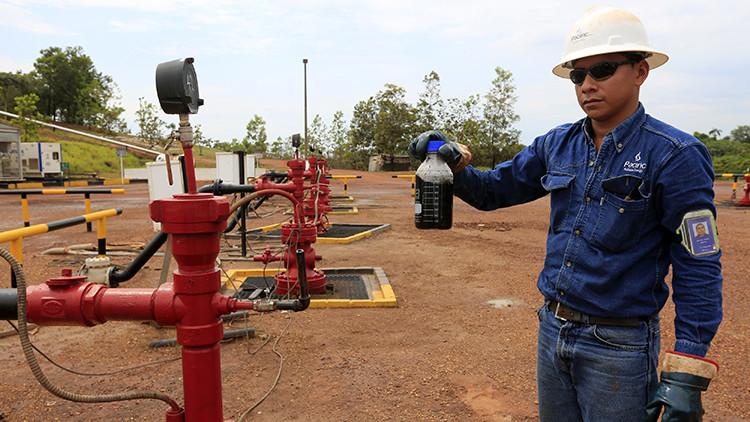 Un especialista toma muestras de petróleo en el Campo Rubiales, en Puerto Gaitán, Colombia