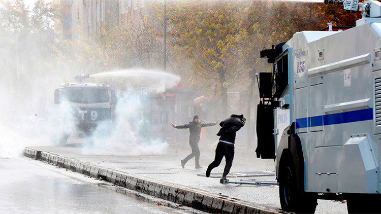 La policía turca usa cañones de agua contra manifestantes prokurdos