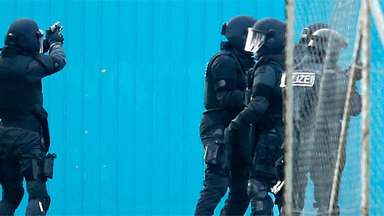 """""""¡Adelante, dispárennos!"""": Alemanes contrarios a acoger refugiados chocan con la Policía (VIDEO)"""