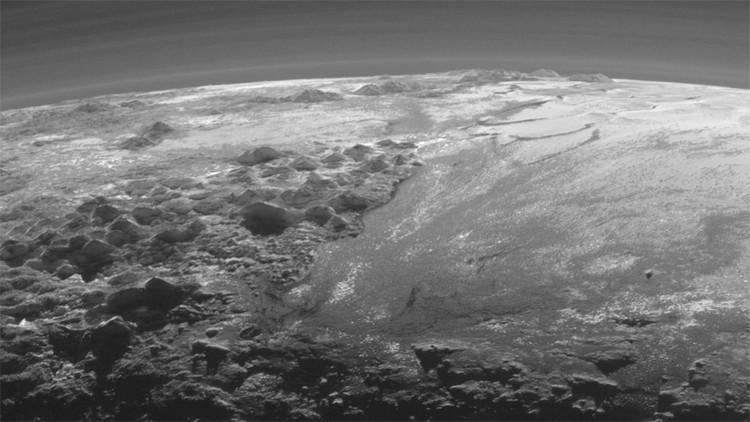 Hallan 'jardines colgantes' en el corazón de Plutón