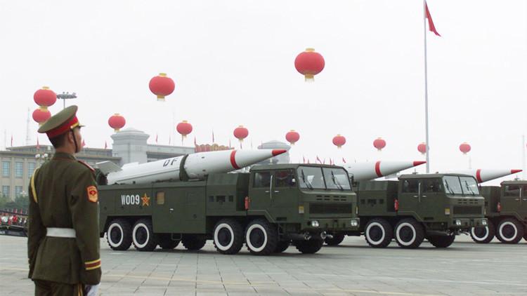 Los misiles chinos Dongfeng en un desfile militar en la plaza de Tiananmén, China