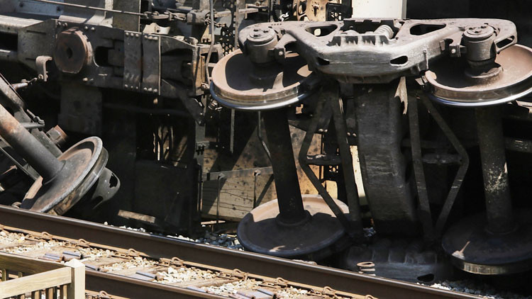 EE.UU.: Camión choca contra un tren y se incendia en San Francisco