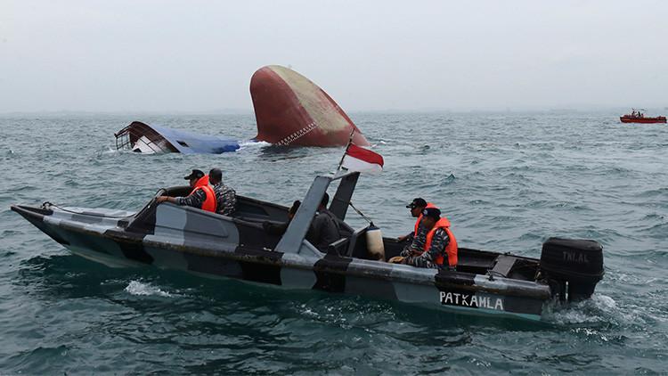 Un barco con más de cien personas se hunde cerca de Indonesia