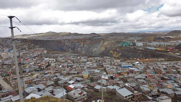 La enorme mina a cielo abierto que 'devora' a una importante ciudad de Perú