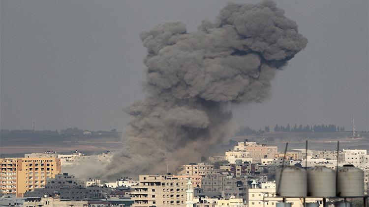Imagen ilustrativa. Una columna de humo se eleva tras un ataque aéreo israelí en Gaza, el 22 de agosto de 2014.