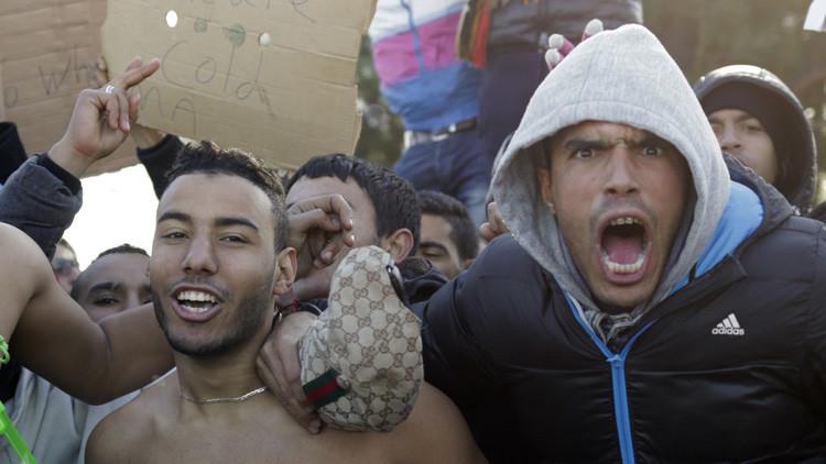 Migrantes protestan esperando cruzar la frontera de Grecia a Macedonia.