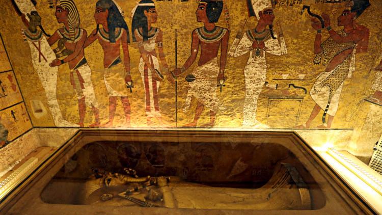 El sarcófago del faraón Tutankamón en su cámara funeraria, Luxor, Egipto