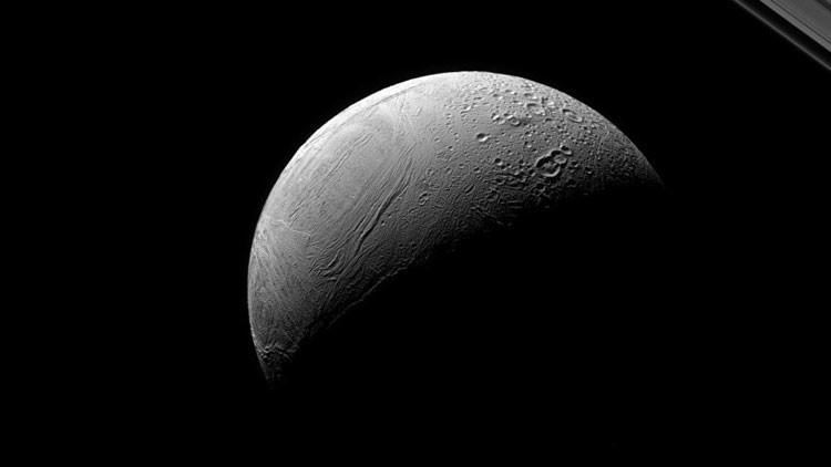 La NASA muestra el dramático contraste de una luna de Saturno