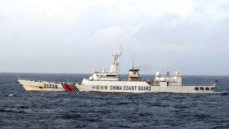 Un buque chino armado con cañones navega cerca de las islas disputadas con Japón