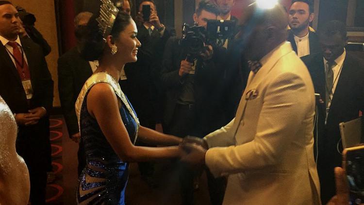 Pia Wurtzbach y Steve Harvey tras la gala de Miss Universo