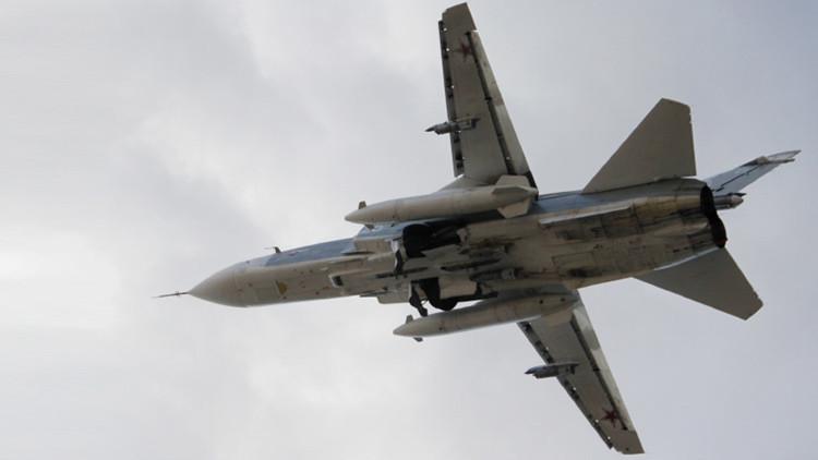 Un bombardero ruso Su-24 despegando del aeropuerto de Latakia, Siria.