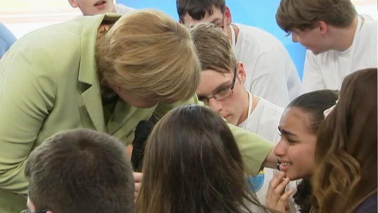 La niña refugiada a la que Merkel hizo llorar obtiene el permiso de residencia alemán (VIDEO)