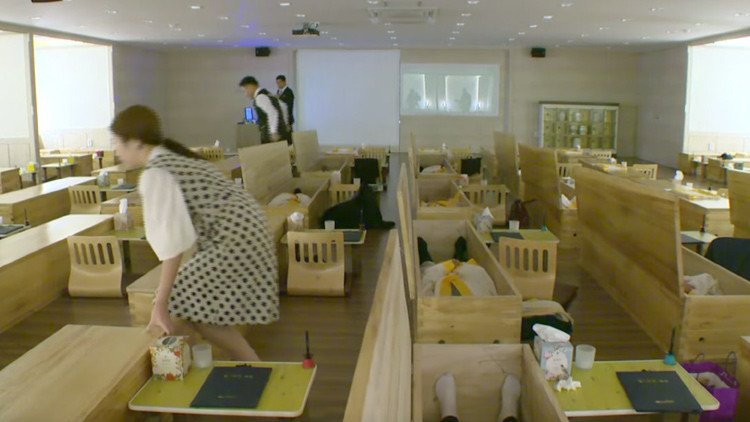 10 minutos en un ataúd: en Corea del Sur saben cómo motivar a sus empleados (vídeo)