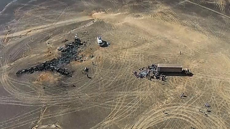 Fragmentos del avión Airbus A321 en las arenas del Sinaí