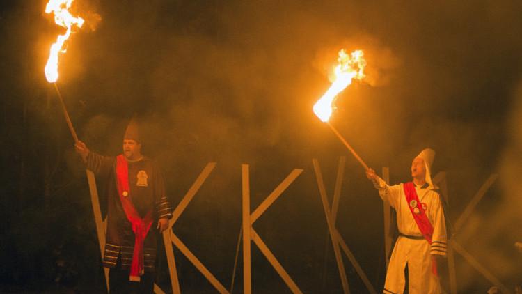El lado oscuro del odio: Cómo se hizo millonario el Ku Klux Klan