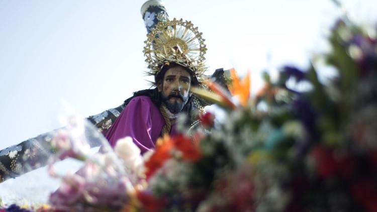 La estatua de Jesús Nazareno de la Merced en una procesión de Semana Santa en Guatemala