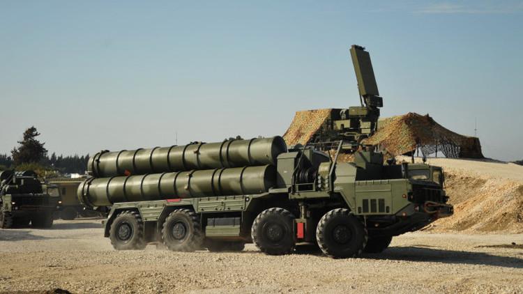 Un S-400 Triumf desplegado en la base militar de Jmeimim, Siria