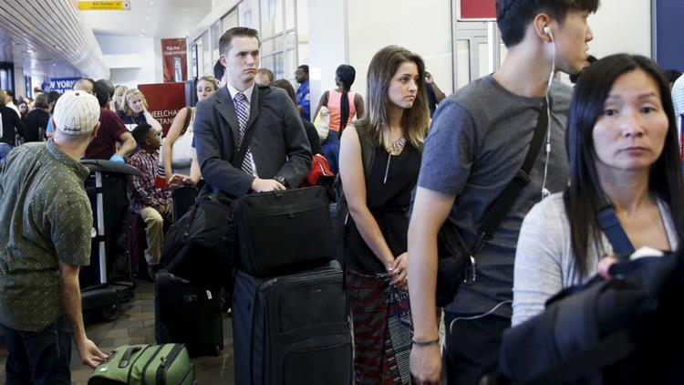 Los pasajeros están esperando a su vuelo