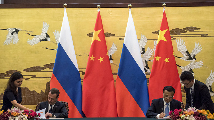 El premier de China Li Keqiang con el primer ministro ruso Dmitry Medvédev en Pekín