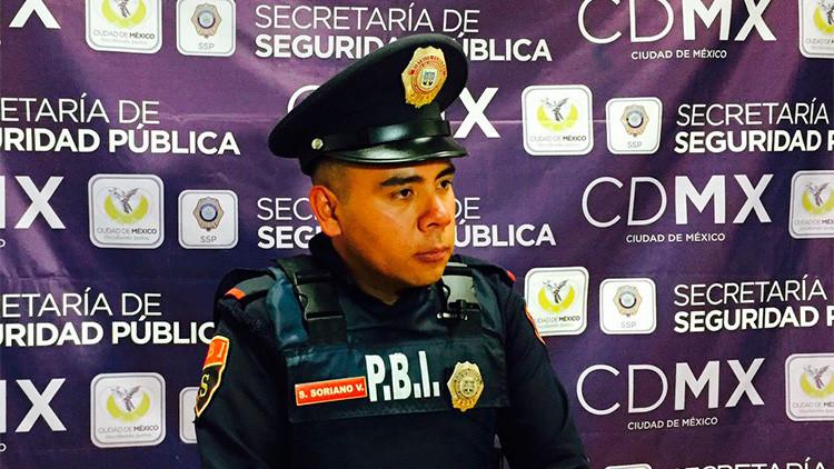 México: Un policía 'honrado' sorprende al devolver el dinero que halló en una tienda de lujo