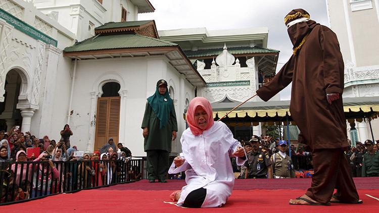 """Ley coránica: castigan cruelmente a una joven vista """"muy cerca"""" de un hombre (fotos)"""