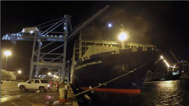 El carguero más grande del mundo 'se aloja' en un puerto de EE.UU.