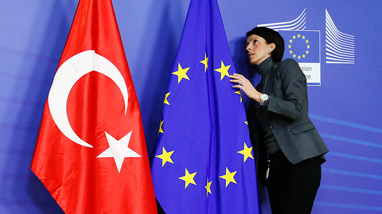 Las banderas de la Unión Europea y Turquía