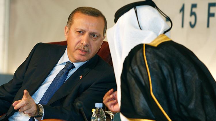 El ex primer ministro de Catar, el jeque Hamad bin Jassim bin Jaber al Thani, habla con el presidente de Turquía Recep Tayyip Erdogan, 2010