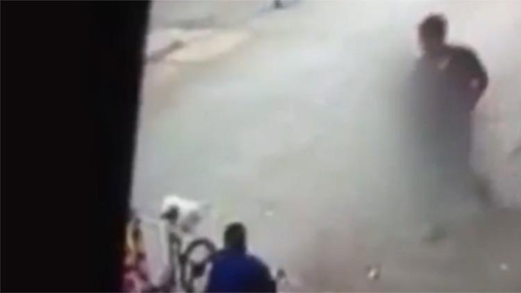 Video impactante: Un menor de edad asesina sin motivo a un sintecho a plena luz del día en Colombia