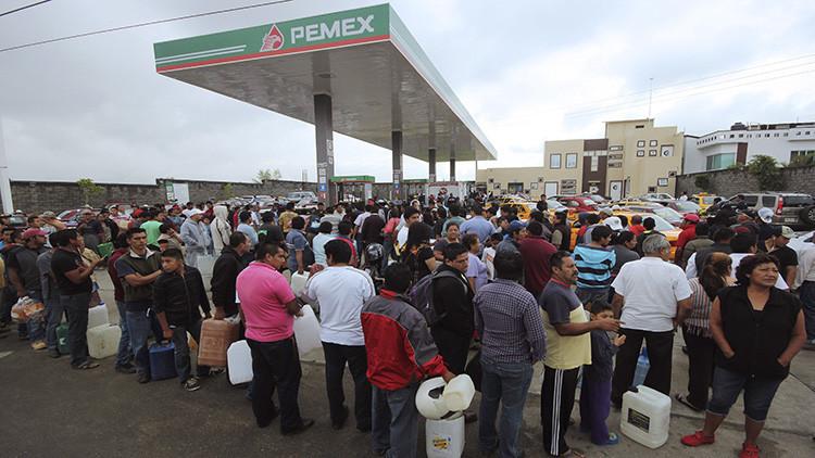 ¿Por qué los mexicanos pagan dos veces más que los estadounidenses por la misma gasolina?