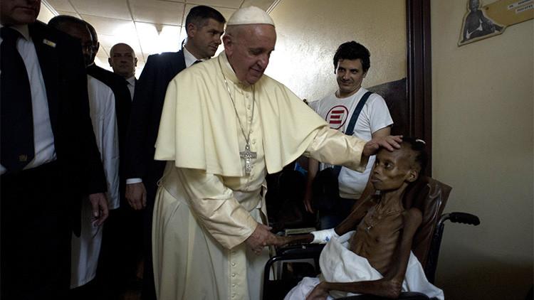 Francisco visita un hospital pediátrico en Bangui el 29 de noviembre 2015, como parte de su viaje a África.
