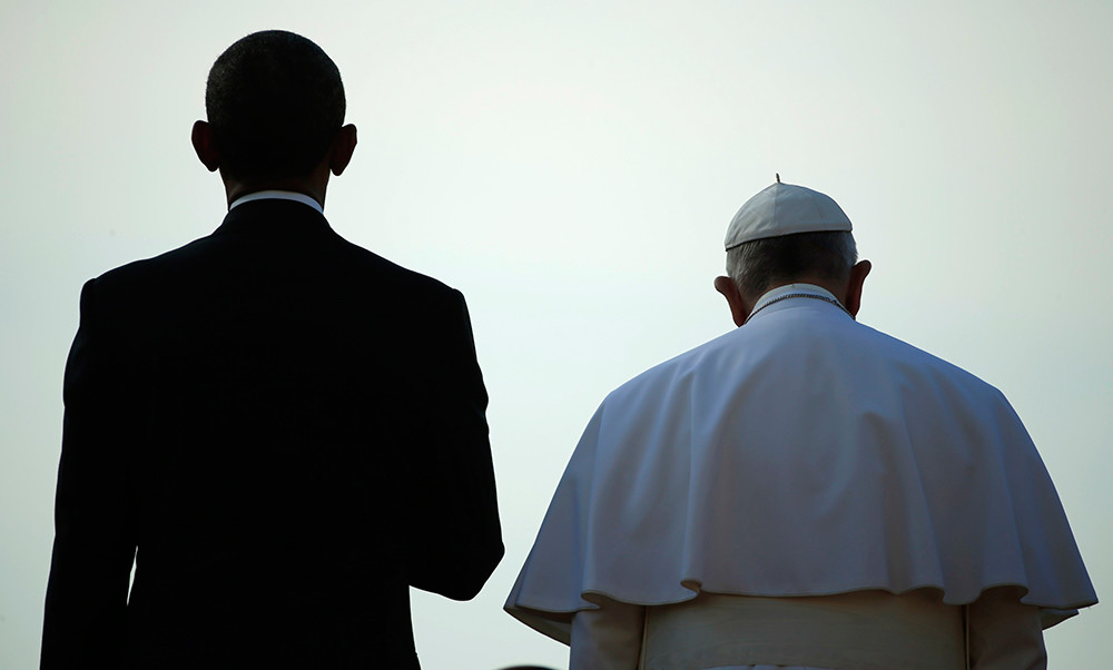 U.S. President Barack Obama (L) stands with Pope Francis during an arrival ceremony for the pope at the White House in Washington
